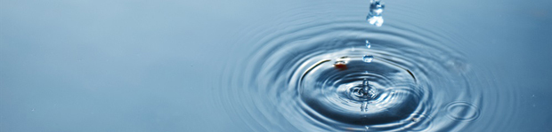 Vattendroppe som orsakar ringar på en vattenyta