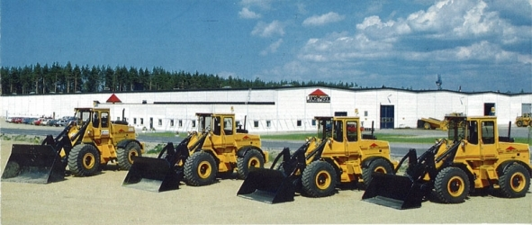 Four wheel loaders from Ljungby machine lined up in front of the factory.