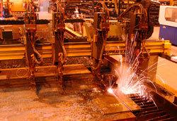 Laserskärning av plåt som ska användas i tillverkningen av hjullastarna.