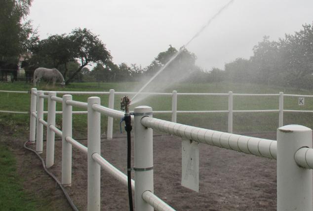 Bevattning med slagpendelspridare på staket i paddock.