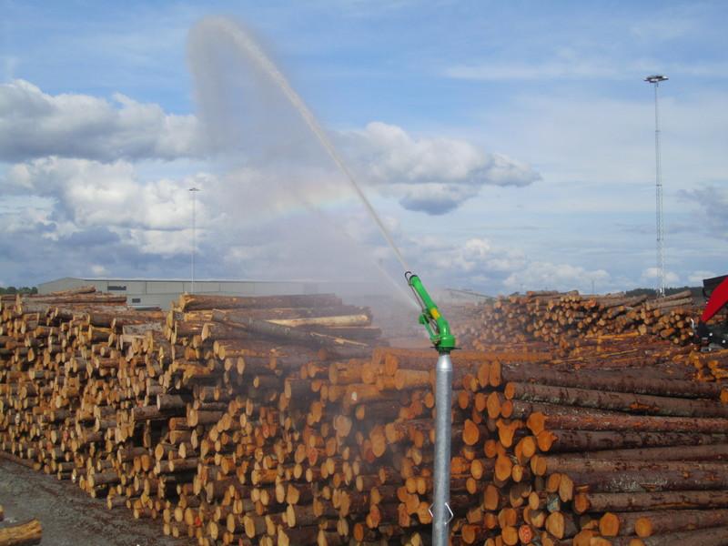 Bevattningskanon som bevattnar permanent timmerupplag i Norrköping