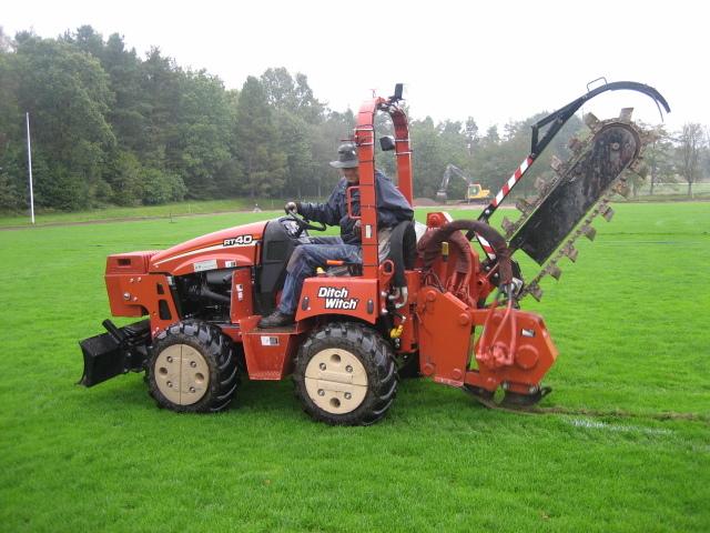 Bevattning monteras på fotbollsplan med hjälp av grävare vilket gör att ingreppet blir minimalt och planen snabbt är spelklar igen.