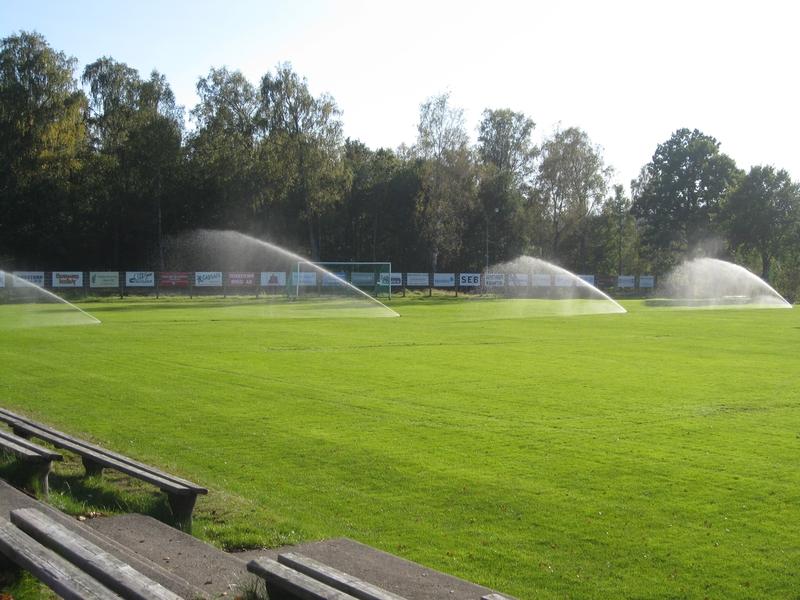 Bevattningsanläggning på fotbollsplan i drift