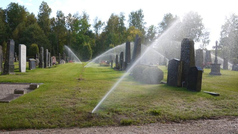 Bevattningsanläggning med pop-up spridare på kyrkogård, i drift