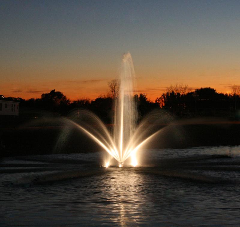 Upplyst flytande fontän från Kasco på kvällen.